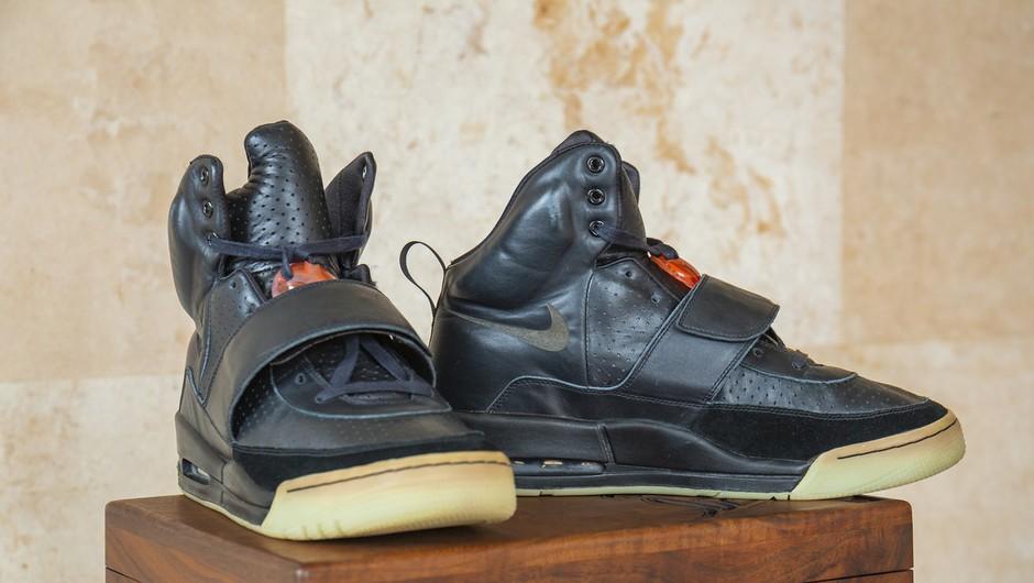Športni copati, ki jih je Kanye West nosil na podelitvi grammyjev, vredni milijon dolarjev (foto: profimedia)
