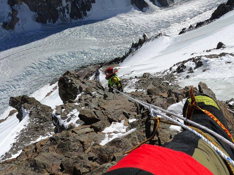 """Plezanje v """"Črni piramidi"""", dva kilometra nižje ledenik z """"Višjim baznim taborom""""."""