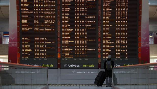 V boj proti bolj nalezljivim sevom Francija s karanteno za potnike iz Južne Afrike in Južne Amerike (foto: profimedia)