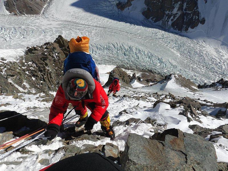 Proti trojki. Na sliki dva člana ekipe sherp, ki je dosegla vrh prvič v zgodovini.