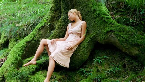Energijska prizemljitev (vaja prizemljevanja s pomočjo dreves po Abby Wynne) (foto: profimedia)