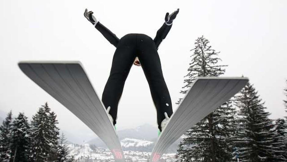 Pri Fisu prevetrili skakalna koledarja za sezono 2021/22 (foto: Stanko Gruden/STA)