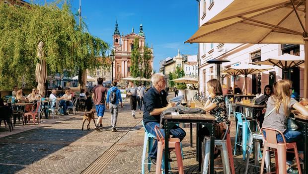 Omogočeno naj bi bilo ponovno gibanje med regijami, prireditve do 100 ljudi, odprle se bodo vse gostinske terase (foto: Shutterstock)