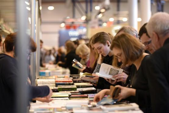 Britanci po odprtju množično derejo v knjigarne, 'obnašajo se kot otroci v slaščičarni'