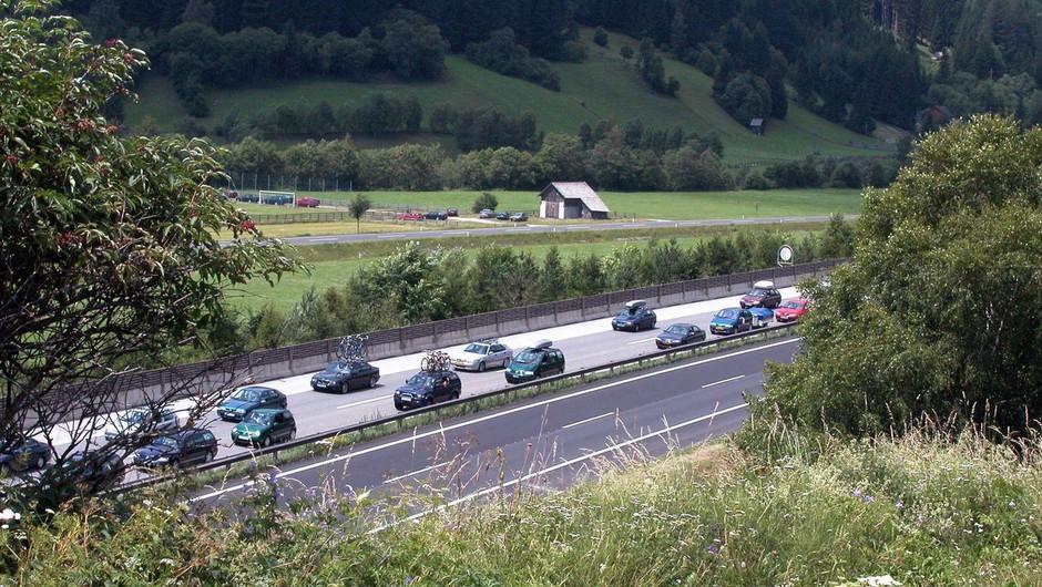 Po sprostitvi ukrepov spet povečan promet na slovenskih cestah, zlasti proti morju (foto: profimedia)