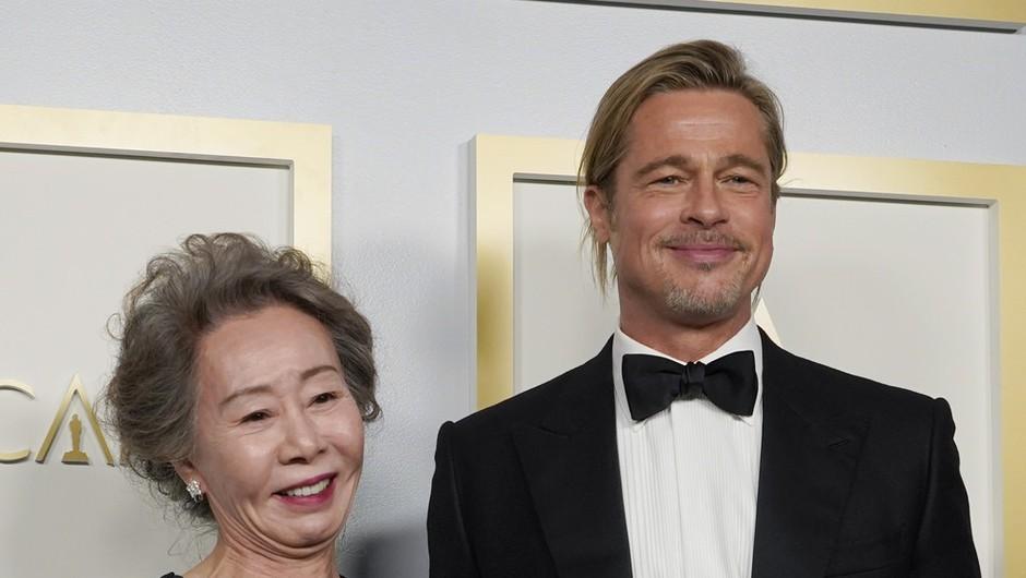 Brad Pitt s svojo frizuro na oskarjih sprožil burno debato na Twitterju (foto: profimedia)