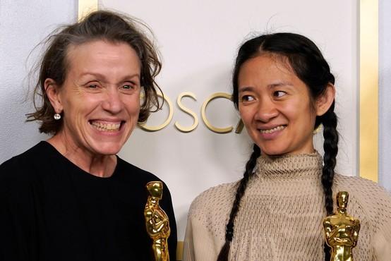 Film Dežela nomadov je na oskarjih prejel zlati kipec za najboljši film, najboljšo režijo in glavno žensko vlogo