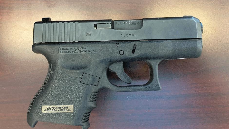 Zasežena pištola. (foto: Policija)