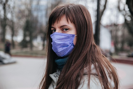 Sedemdnevno povprečje potrjenih okužb je padlo na 606