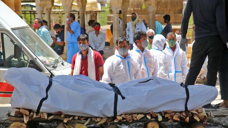 Število okužb in smrtnih žrtev v Indiji še naprej strmo narašča, v zadnjih 24 urah nov dnevni rekord (foto: Profimedia)