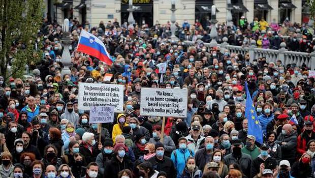 Po ocenah policije na torkovem shodu v Ljubljani okoli 10.000 protestnikov (foto: Daniel Novakovič/STA)