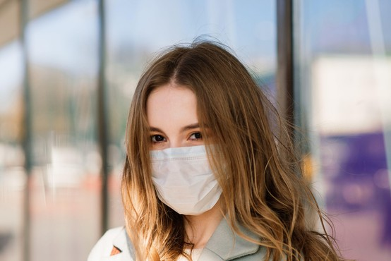 V sredo potrdili 918 okužb, umrlo šest bolnikov