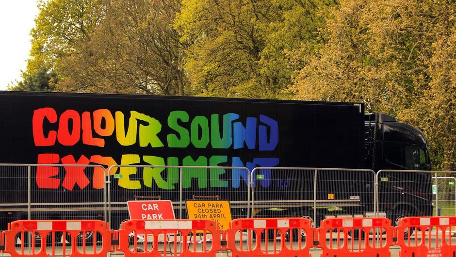 V Liverpoolu poskusna zabava brez mask in medsebojne razdalje s pet tisoč udeleženci (foto: profimedia)