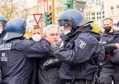 Na berlinskem protestu aretirali več kot 250 ljudi, v Parizu policija uporabila solzivec