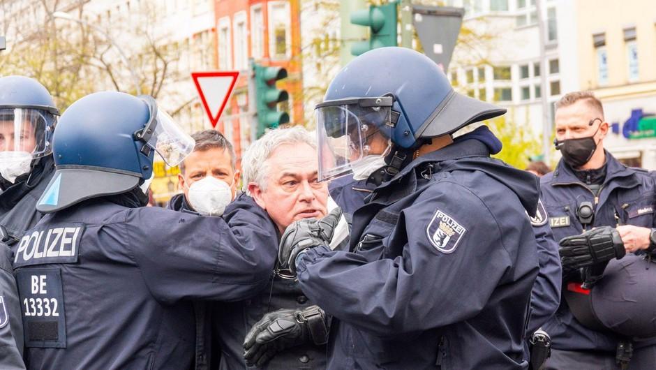 Na berlinskem protestu aretirali več kot 250 ljudi, v Parizu policija uporabila solzivec (foto: profimedia)
