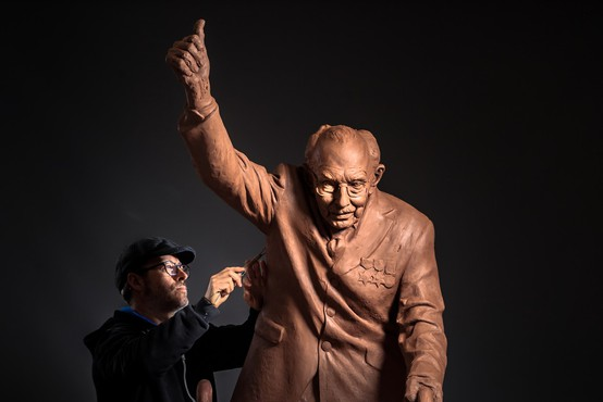 Britanskega veterana, znanega kot stotnika Toma, bodo počastili z dvometrskim kipom