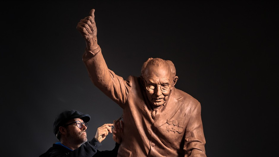 Britanskega veterana, znanega kot stotnika Toma, bodo počastili z dvometrskim kipom (foto: profimedia)