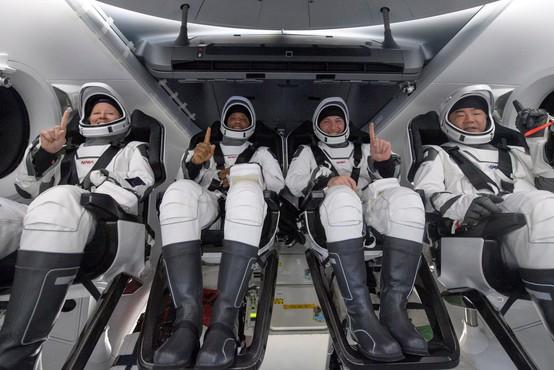Posadka kapsule podjetja SpaceX s štirimi astronavti uspešno pristala v Mehiškem zalivu