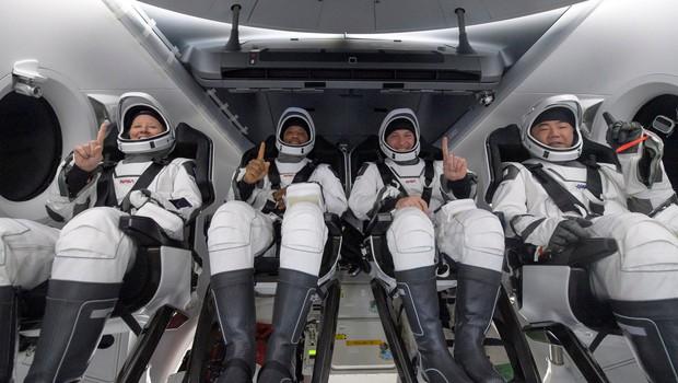 Posadka kapsule podjetja SpaceX s štirimi astronavti uspešno pristala v Mehiškem zalivu (foto: profimedia)