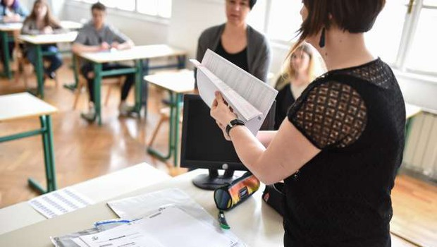 V srednjih šolah se s pisanjem eseja iz maternega jezika začenja splošna matura (foto: Nebojša Tejić/STA)