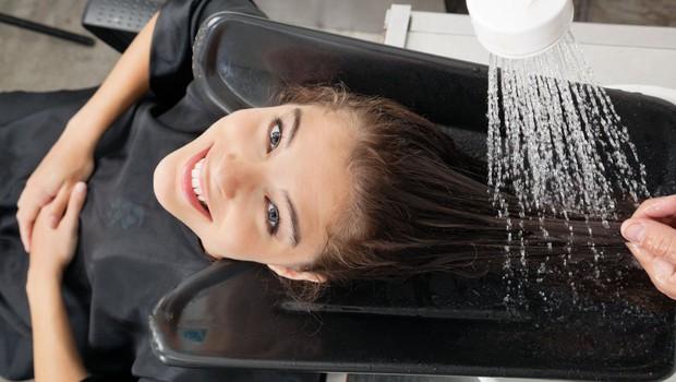 Stroka pravi, da je (med pandemijo) postalo pranje las za mnoge svojevrstna terapija (foto: profimedia)