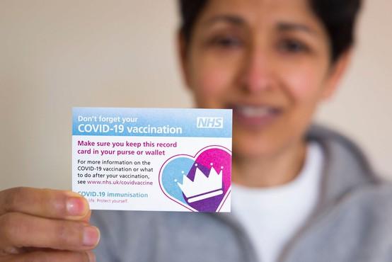 Ob tretjini cepljenih v Veliki Britaniji napovedali dodatno sproščanje omejitev