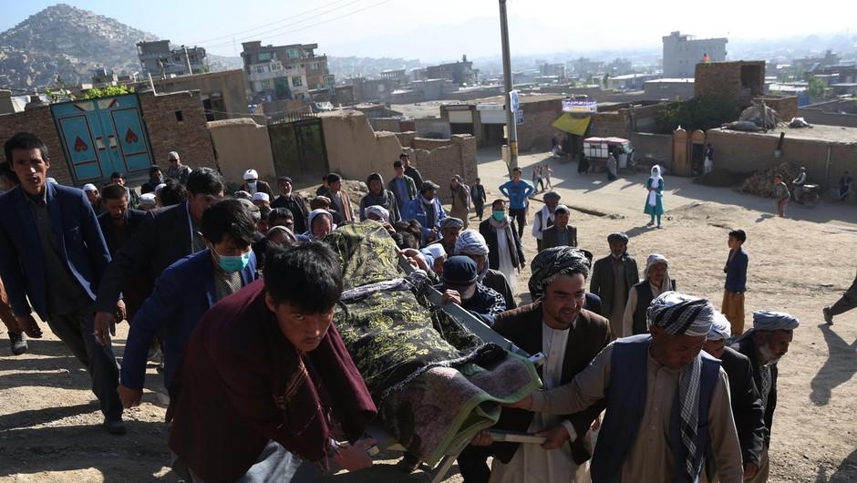 Število žrtev eksplozije pred dekliško šolo v Kabulu se je povzpelo na 50 (foto: profimedia)