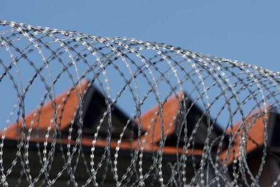 V zaporu na Dobu med postopkom pri enem od obsojencev poškodovana pravosodna policista