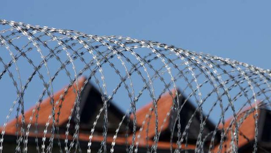 V zaporu na Dobu med postopkom pri enem od obsojencev poškodovana pravosodna policista (foto: Domen Grögl/STA)