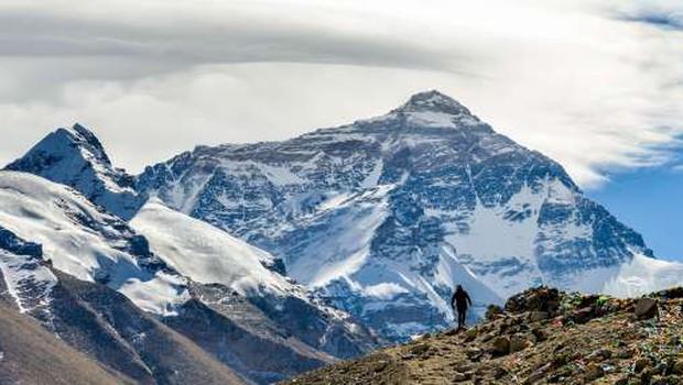 Blizu vrha Mount Everesta umrla dva alpinista (foto: Xinhua/STA)