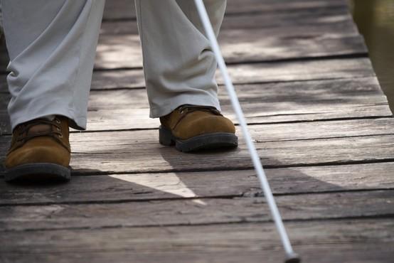 Z mrežo spremljevalcev se slepi in slabovidni enakopravno vključujejo v socialno okolje