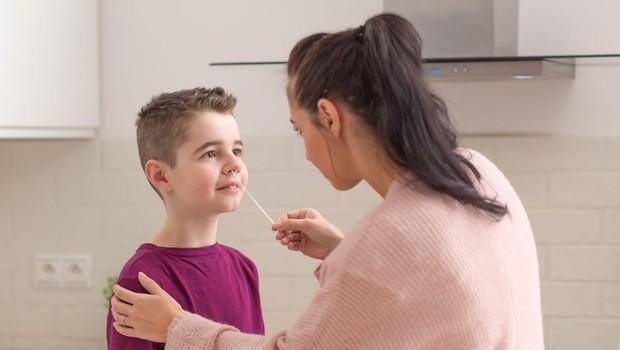 Poskusno samotestiranje naj bi se začelo 24.maja, šolarji se bodo testirali doma (foto: profimedia)