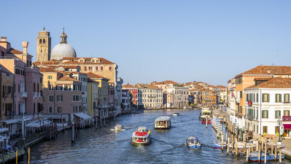Pred začetkom poletne turistične sezone po evropskih državah rahljajo ukrepe (foto: profimedia)
