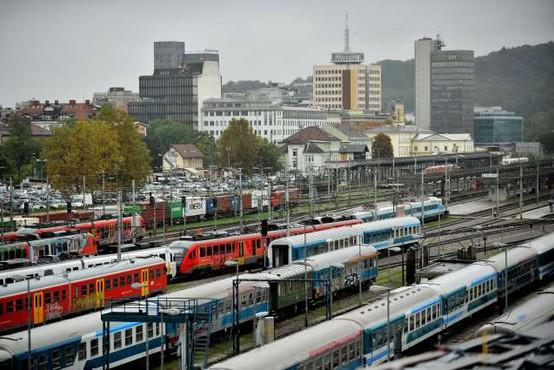 Avtobusi in vlaki lahko vozijo polno zasedeni