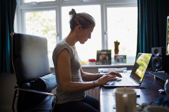 """""""Delo od doma prinaša tako prednosti kot pasti,"""" svari psihologinja Eva Boštjančič"""
