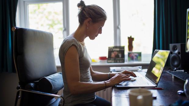 """""""Delo od doma prinaša tako prednosti kot pasti,"""" svari psihologinja Eva Boštjančič (foto: profimedia)"""