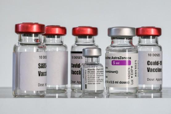 Dva odmerka AstraZenece bi lahko dosegla kar 85-90 % učinkovitost, kažejo britanski podatki