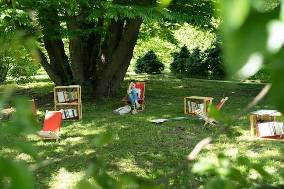 Knjižnica pod krošnjami vabi na brezplačno branje, listanje in uživanje