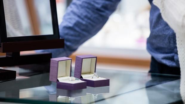 Prodajalka nakita na TikToku razkrinkala moškega, ki je kupil dva prstana - za ženo in ljubico! (foto: profimedia)