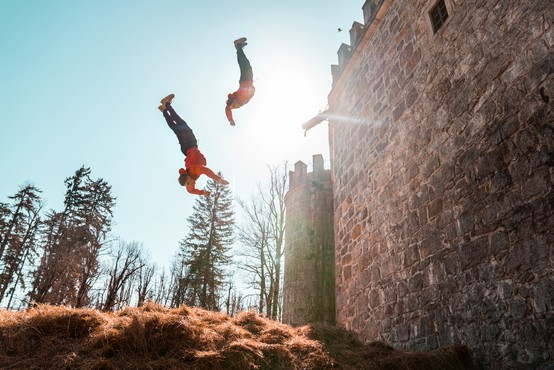 Dunking Devilsi za skoke z obzidja gradu Snežnik v ogromen kup sena