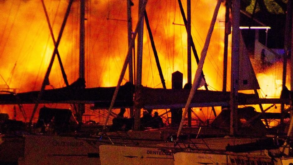V marini Kaštela blizu Splita zagorele jahte, požar še gasijo (foto: profimedia)