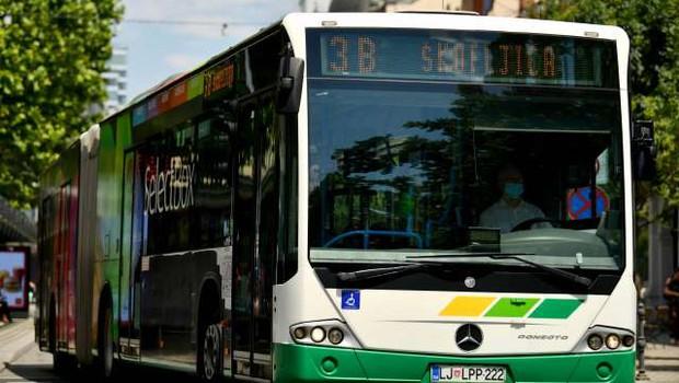 V Ljubljani in Mariboru za upokojence brezplačni prevozi z mestnimi avtobusi (foto: Tamino Petelinšek/STA)