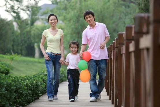 Kitajska dovolila parom tretjega otroka