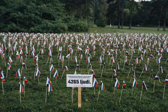 V Tivoliju 4265 slovenskih zastavic v spomin v zadnjem letu umrlim s covidom-19