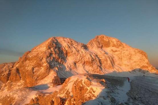 V visokogorju še vedno veliko snega, zato previdno v gore