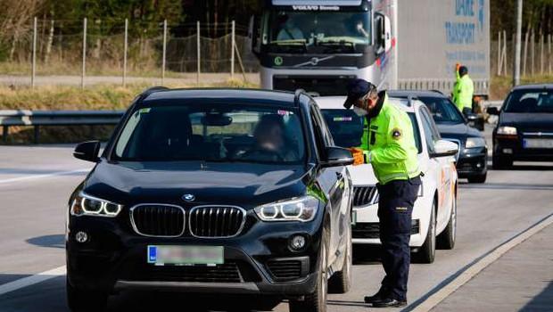 Ustavno sodišče: omejitev gibanja in prepoved zbiranja v neskladju z ustavo (foto: Nebojša Tejić/STA)