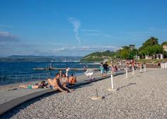 """V Izoli odslej prepovedano sprehajanje v kopalkah po mestu in """"rezerviranje"""" plaže z brisačami"""
