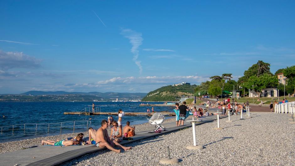 """V Izoli odslej prepovedano sprehajanje v kopalkah po mestu in """"rezerviranje"""" plaže z brisačami (foto: Shutterstock)"""