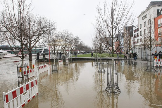 Obilno deževje po Nemčiji poplavlja ceste in objekte