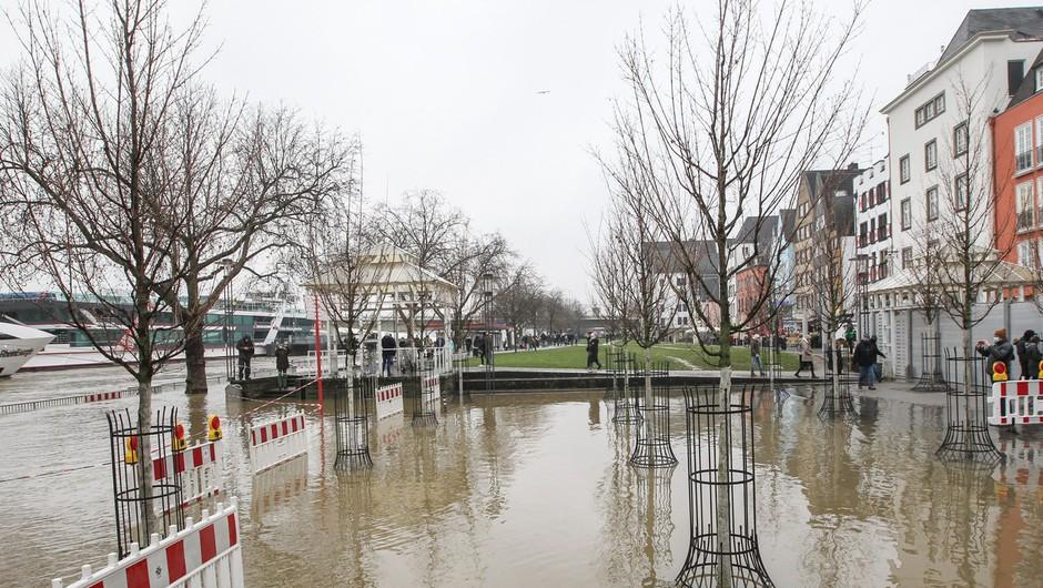 Obilno deževje po Nemčiji poplavlja ceste in objekte (foto: profimedia)